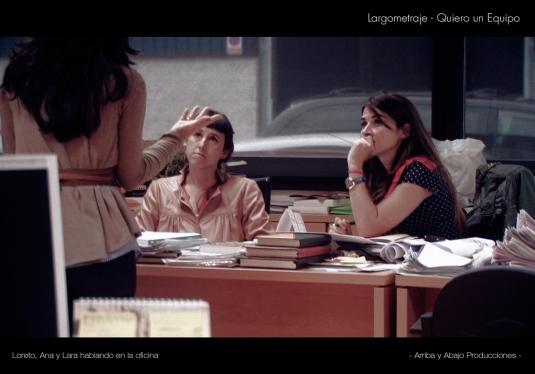 Secuencia en la que Lara, Ana y Loreto están hablando en la oficina